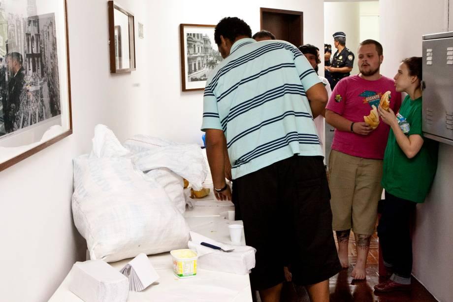 Manifestantes da ocupação se alimentam após o presidente da Câmara, Milton Leite (DEM), reivindicar a entrada de comida e água na Câmara
