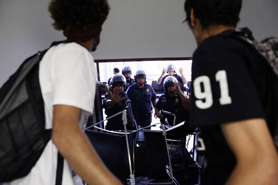 Com cadeiras amontoadas, estudantes bloqueiam as entradas da Câmara Municipal de São Paulo durante ocupação