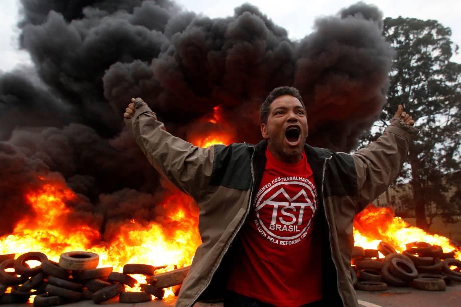 Integrante do Movimento dos Trabalhadores dos Sem-Teto (MTST) grita palavras de ordem durante protesto contra o presidente Michel Temer, em São Paulo - 02/08/2017