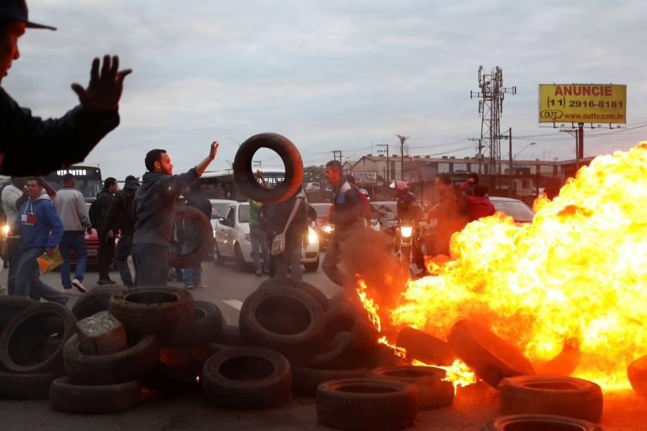 Integrantes do Movimento dos Trabalhadores dos Sem-Teto (MTST) usam pneus para construir uma barricada na BR116 em protesto contra Michel Temer, São Paulo - 02/08/2017