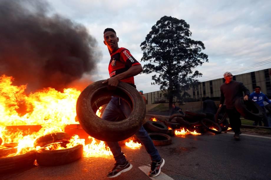 Manifestantes do Movimento dos Trabalhadores dos Sem-Teto (MTST) ateiam fogo em pneus para bloquear rodovia durante protesto contra Michel Temer em São Paulo - 02/08/2017
