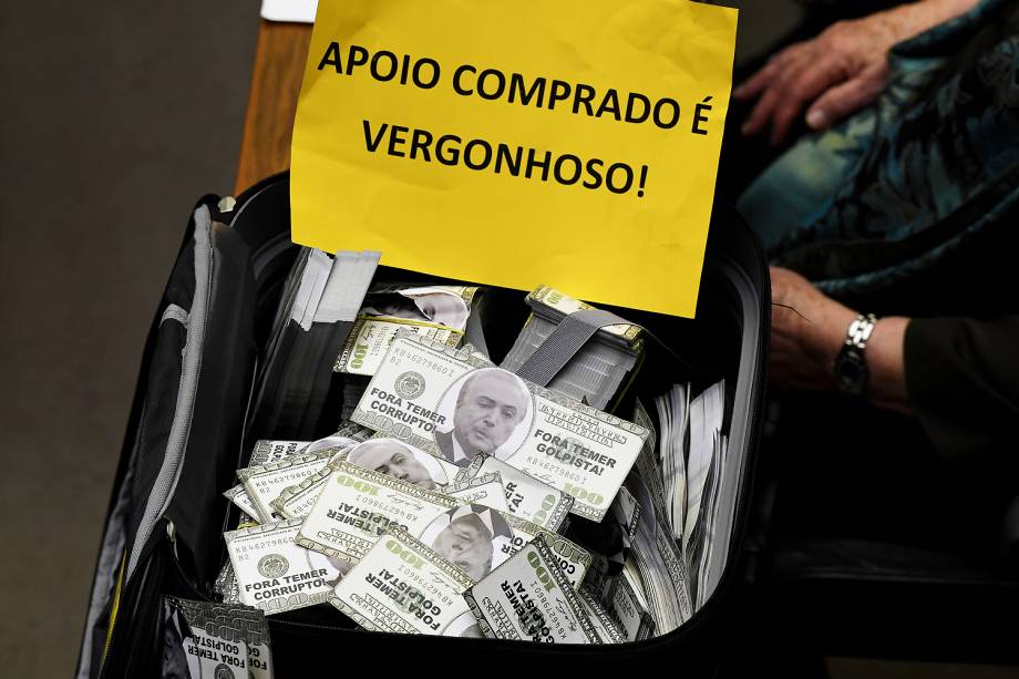 Oposição carrega mala com dinheiro falso e placas contra Temer durante o protesto na discussão da Câmara dos Deputados sobre a denúncia de corrupção passiva do Presidente - 02/08/2017
