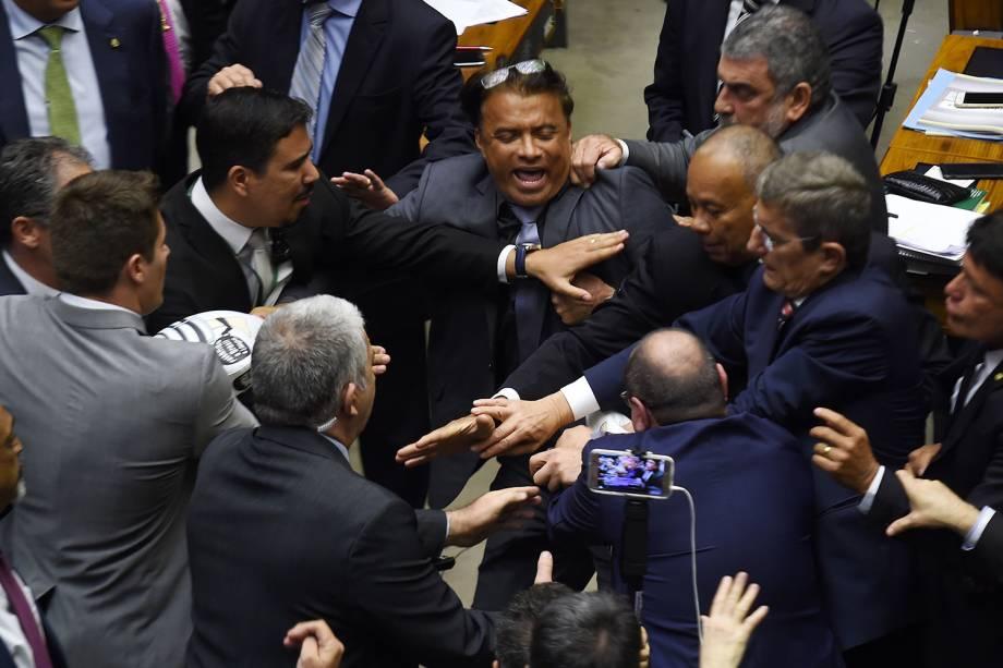 Deputados brigam durante durante denúncia contra o presidente Michel Temer, em Brasília