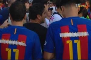 Torcedores com a camisa de Neymar (mas com o nome riscado)