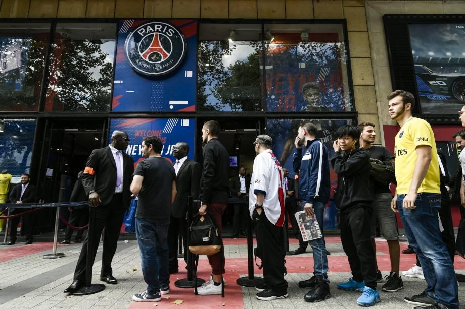 Torcedores do PSG fazem fila em frente a uma loja do clube na avenida Champs Elysses para comprar a camisa com o nome de Neymar