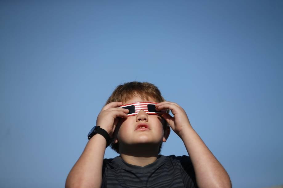 Menino usa óculos especial para acompanhar o eclipse solar em Depoe Bay, no estado americano do Oregon - 21/08/2017