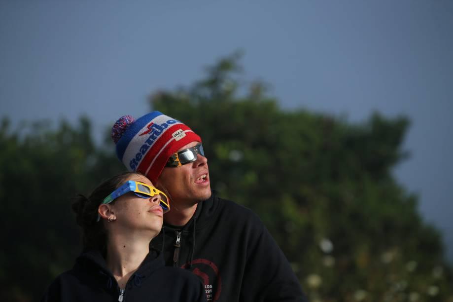 Casal usa óculos especiais para acompanhar o eclipse solar em Depoe Bay, no estado americano do Oregon - 21/08/2017