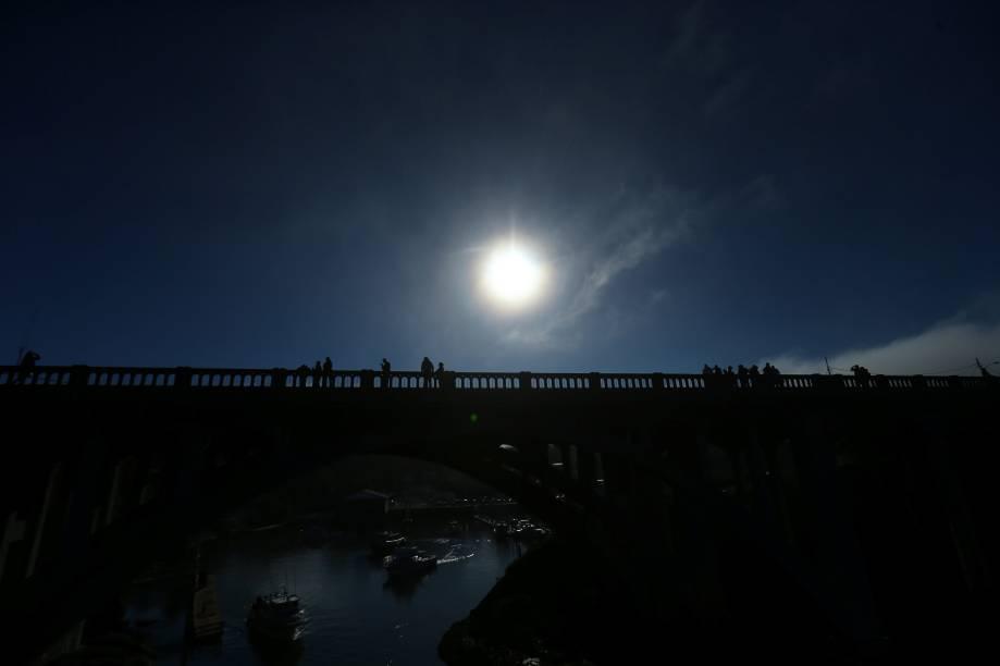 Pessoas se reúnem em uma ponte para acompanhar o eclipse solar em Depoe Bay, no estado americano do Oregon - 21/08/2017