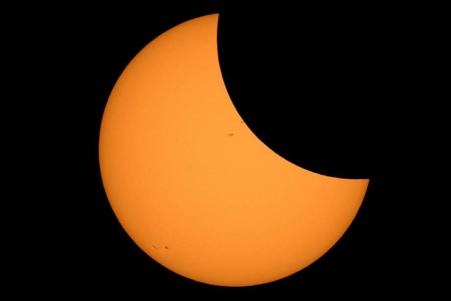 """<p style=""""text-align:justify;"""">O primeiro eclipse do ano observável aqui no Brasil está previsto para 15 de fevereiro e deve ser visível em algumas cidades do sul do país, segundo estimativas do Observatório do Valongo, da Universidade Federal do Rio de Janeiro (UFRJ). Ele será um eclipse parcial do Sol (quando o astro fica parcialmente encoberto pela sombra da Lua, formando uma meia lua luminosa no céu), que também poderá ser visto na Antártica e no resto da América do Sul, especialmente no Chile e na Argentina. Outros fenômenos desse tipo devem ocorrer em 13 de julho, observável apenas na Austrália e em parte da Antártica, e em 11 de agosto, visível no extremo norte do Canadá e da Rússia, na Escandinávia e no oeste da China.</p><p style=""""text-align:justify;"""">Dos eclipses lunares, o destaque é para o eclipse parcial da Lua (quando o satélite fica apenas parcialmente encoberto pela sombra da Terra) que está previsto para 27 de julho e poderá ser visto em todo o território nacional. Em outras partes do globo, como África, Ásia e sul da Europa, o fenômeno será total. Outro eclipse lunar também está previsto para 31 de janeiro na Oceania, América do Norte, Rússia e China, mas não poderá ser visto no Brasil.</p><p style=""""text-align:justify;"""">Para acompanhar esses fenômenos, é importante atentar para as recomendações dos astrônomos. Eclipses lunares podem ser observados a olho nu – porém, eclipses solares precisam de uma proteção especial. Caso contrário, podem comprometer a visão do observador. As opções são importar um filtro astronômico (que não é comercializado no Brasil) ou comprar uma máscara de solda de tonalidade 14. Óculos, binóculos ou telescópios comuns não devem ser utilizados com essa finalidade, pois são instrumentos que concentram os raios solares e podem causar prejuízos sérios à visão. Também não se devem utilizar chapas de raios-X ou filmes fotográficos como proteção.</p>"""