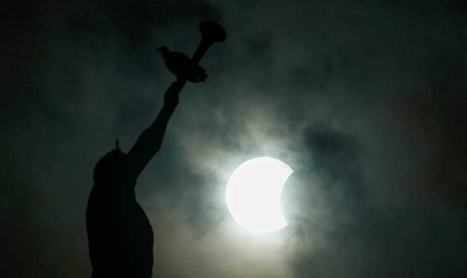 Eclipse parcial do sol é fotografado com a estátua do Anjo Moroni no pináculo do Templo de Manaus - 21/08/2017