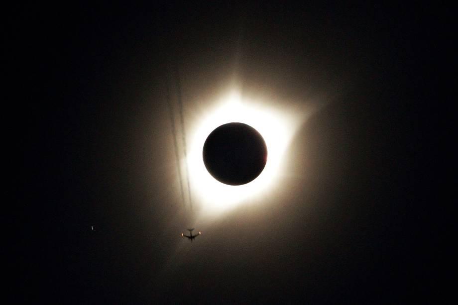 Avião fotografado durante o eclipse solar total em Guernsey, no estado americano de Wyoming - 21/08/2017