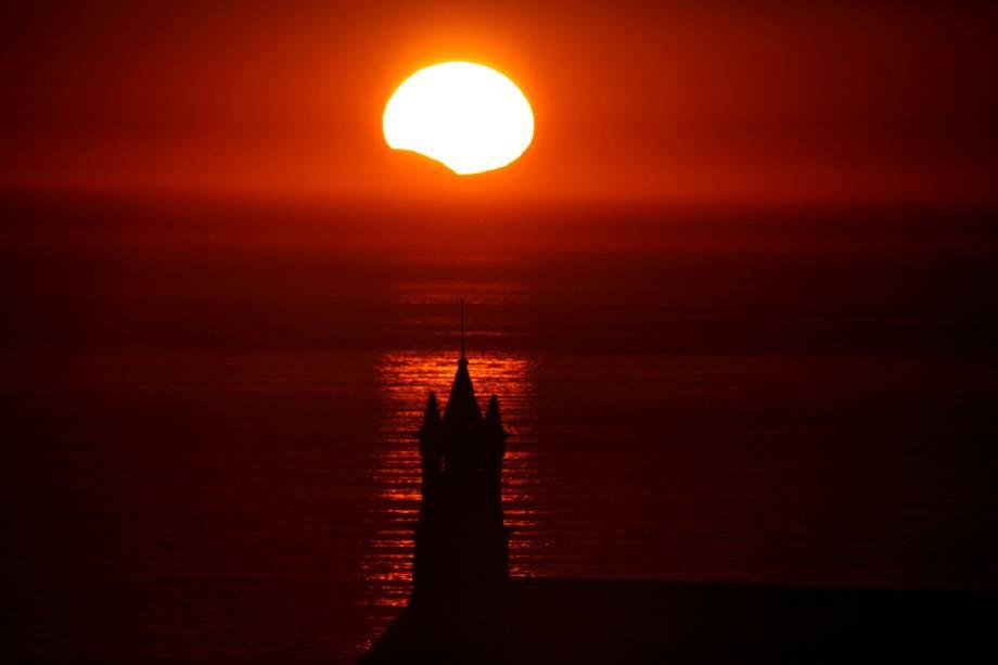 A Capela Saint-They é vista em silhueta ao pôr-do-sol durante um eclipse solar parcial, na Bretanha, França - 21/08/2017