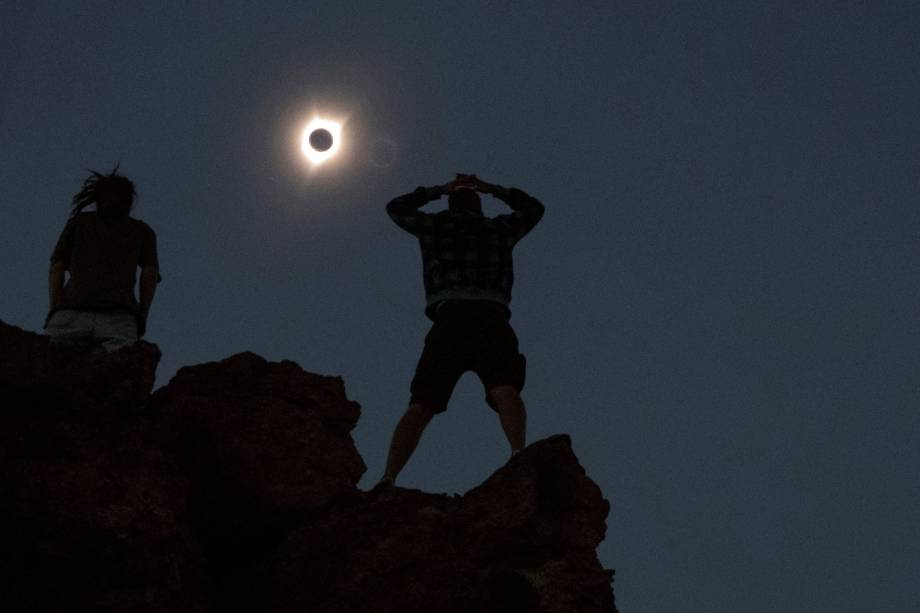 Pessoas observam o eclipse solar total no Monumento Nacional John Day Fossil Beds, perto de Mitchell, no estado americano do Oregon - 21/08/2017