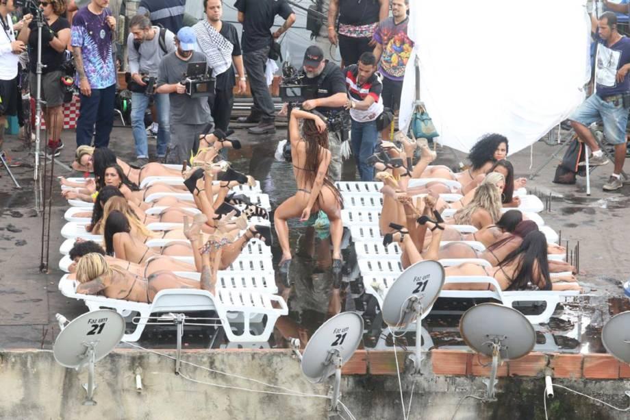Anitta usa biquini de fita isolante durante gravação de clipe com direção de Terry Richardson no Vidigal (RJ)