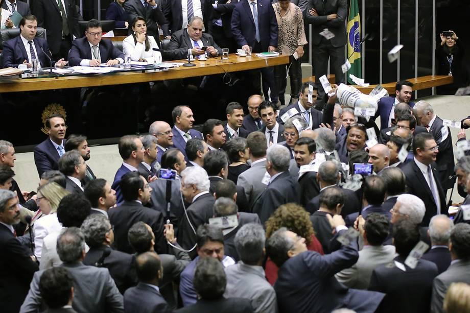 Deputado Wladimir Costa (SD-PA) provoca tumulto com pixuleco durante discussão da denúncia contra Michel Temer na Câmara - 02/08/2017