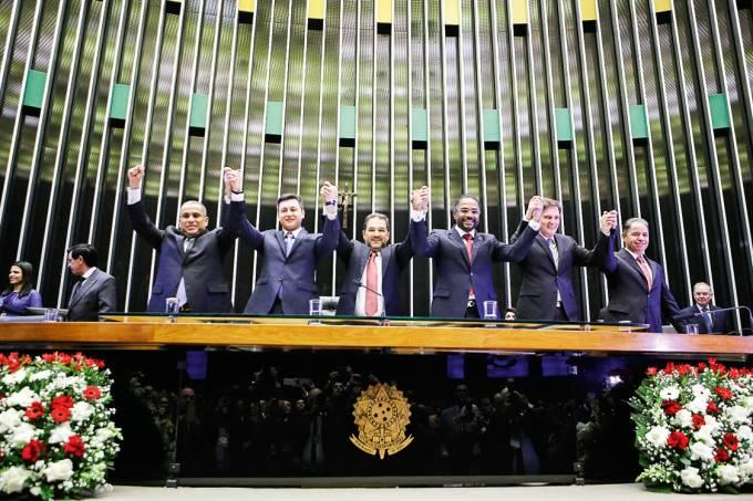 Cantando no Congresso – O bispo-prefeito (o quinto, da esq. para a dir.) homenageia sua igreja em Brasília