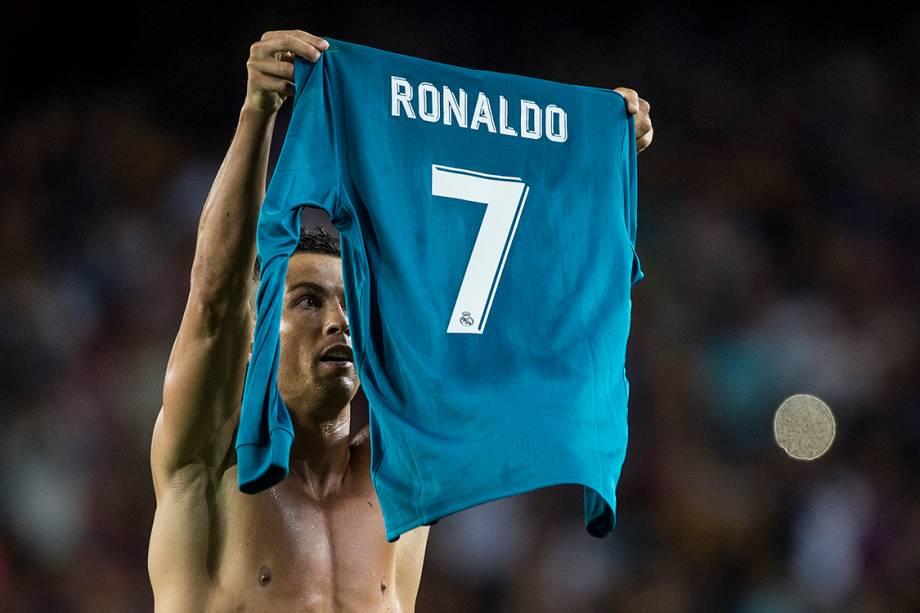 Cristiano Ronaldo mostra a camisa no final da partida contra o Barcelona