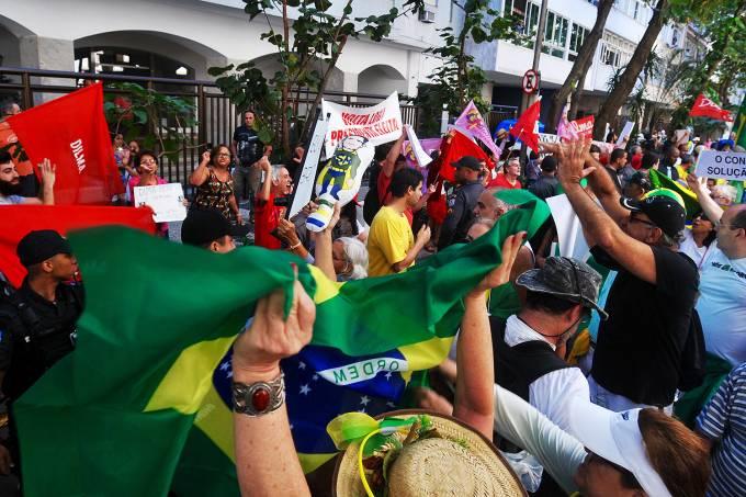Protesto pede a volta da ex-presidente Dilma Rousseff no Rio.