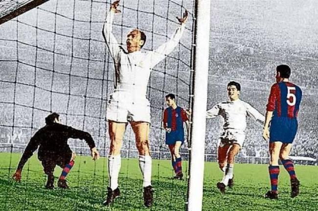 O argentino naturalizado espanhol Alfredo di Stéfano comemora um gol pelo Real Madrid contra seu ex-clube, o Barcelona, nos anos 1950