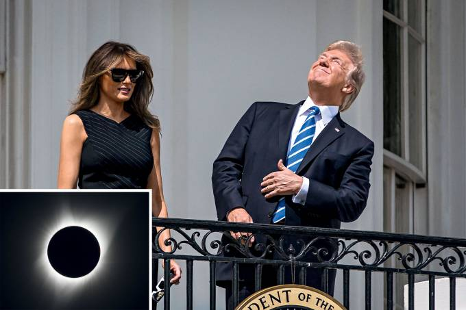 O presidente Donald Trump observa o eclipse