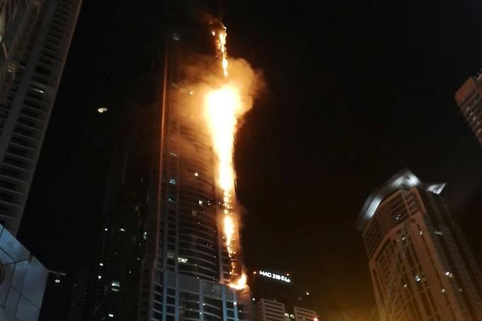 Chamas atingem um prédio residencial em Dubai, Emirados Árabes