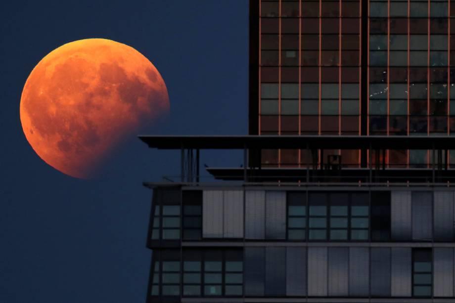 Lua em Berlim é registrada ao lado de um prédio durante o eclipse parcial na Alemanha - 07/08/2017