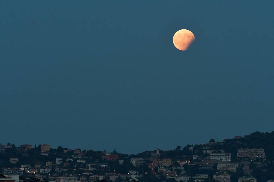Em Nice, na França, o eclipse lunar é registrado sobre as colinas da cidade - 07/08/2017