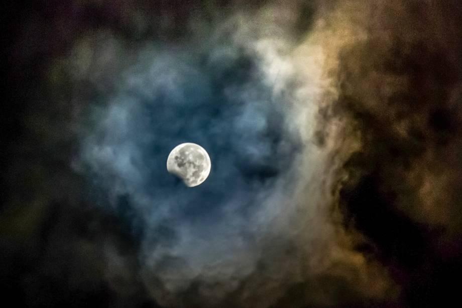 A lua, enquadrada por cinzas do vulcão Mount Sinabung, é fotografada durante o eclipse, na província de Sumatra do Norte, na Indonésia - 07/08/2017