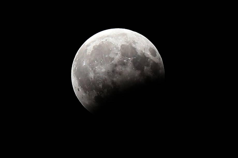 O eclipse parcial lunar é registrado na capital do Kuwait - 07/08/2017