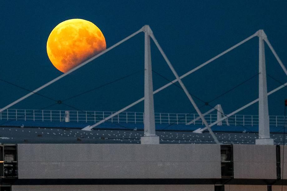 Eclipse lunar fotografado sobre o Estádio de Kaliningrad, que está em construção para a Copa do Mundo FIFA 2018, na Rússia - 07/08/2017