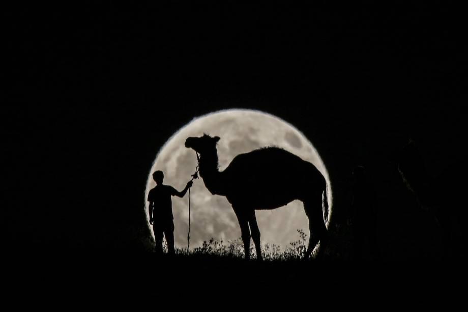 Homem é fotografado com seu camelo durante o eclipse parcial lunar em Van, na Turquia - 07/08/2017