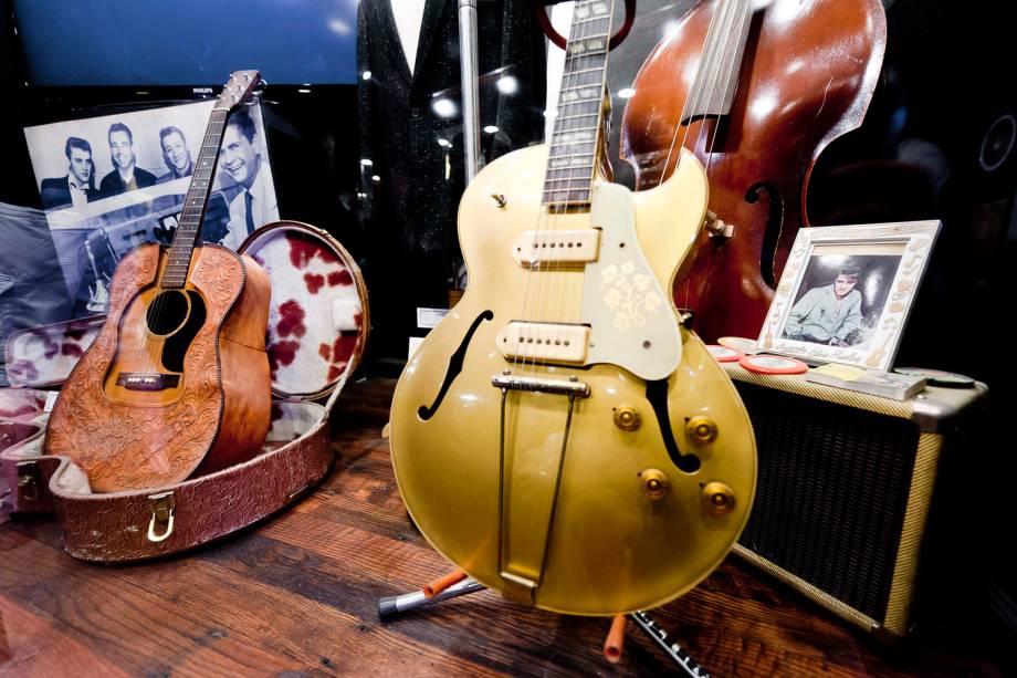 Guitarra e violão usados por Elvis em exposição no Sun Studio, em Memphis