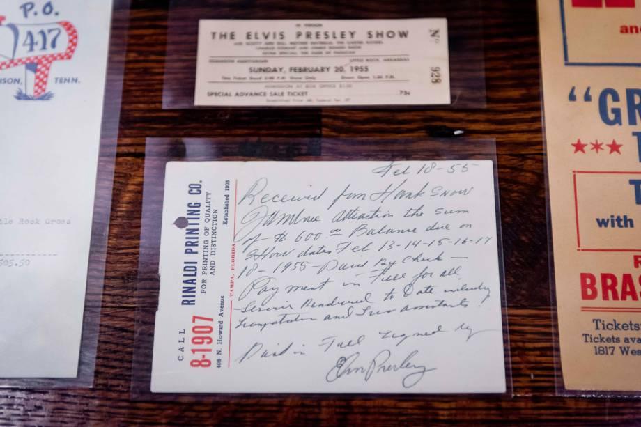 Recibo escrito à mão por Elvis Presley, em exposição no Sun Studio