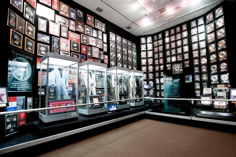 Na semana em que se completam 35 anos da morte de Elvis Presley, o cantor receberá mais de dez discos de diamante, ouro, platina e multi-platina