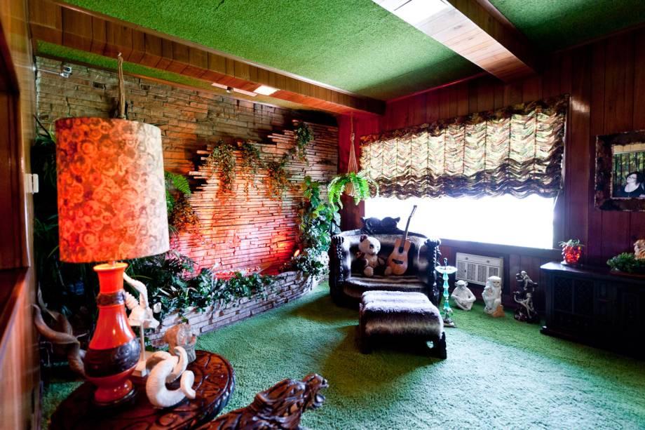 A antiga sala de TV, conhecida como Jungle Room (sala da selva, em tradução livre), foi, na verdade, inspirada pelas paisagens do Havaí, pelas quais Elvis era apaixonado