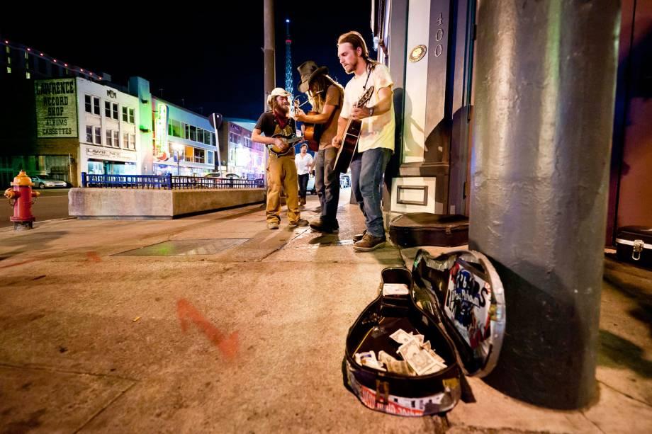 Trio tentqa chamar a atenção para sua música ba Broadway St., em Nashville. Conseguiram. Na mesma noite, duas equipes de filmagem gravaram os rapazes tocando