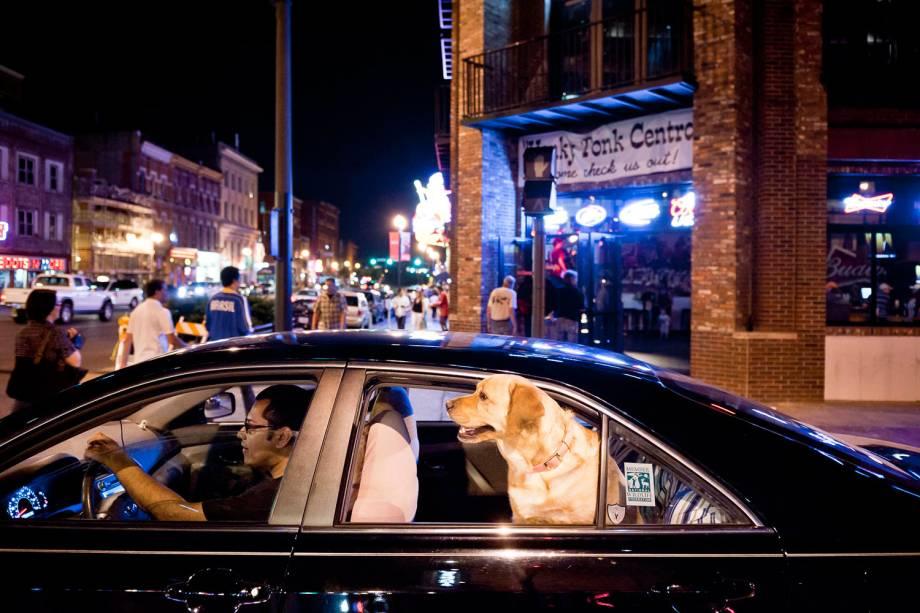 É raro ver um bar ou restaurante que não tenha música ao vivo, na Broadway St., em Nashville