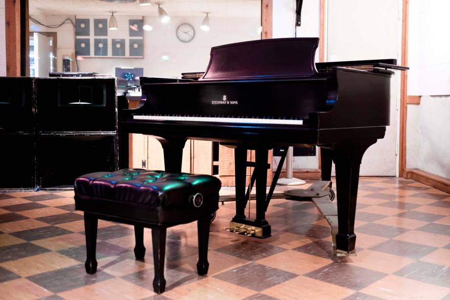 O Studio B foi construído em torno deste piano. O instrumento foi trazido para a sala de gravação e só então foram colocadas as portas. Elvis era tão fascinado pelo instrumento que quis comprá-lo