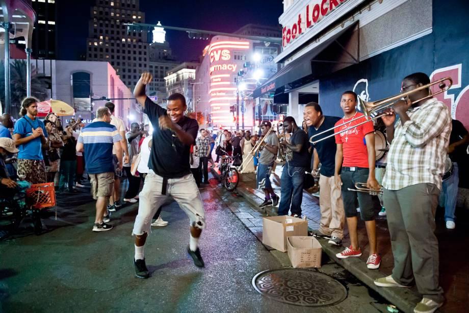 Típicas de Nova Orleans, as second line são uma espécie de parada com trombone, tuba e percussão, seguidas por pessoas dançando. E quanto mais esquisitos os seus passos, melhor
