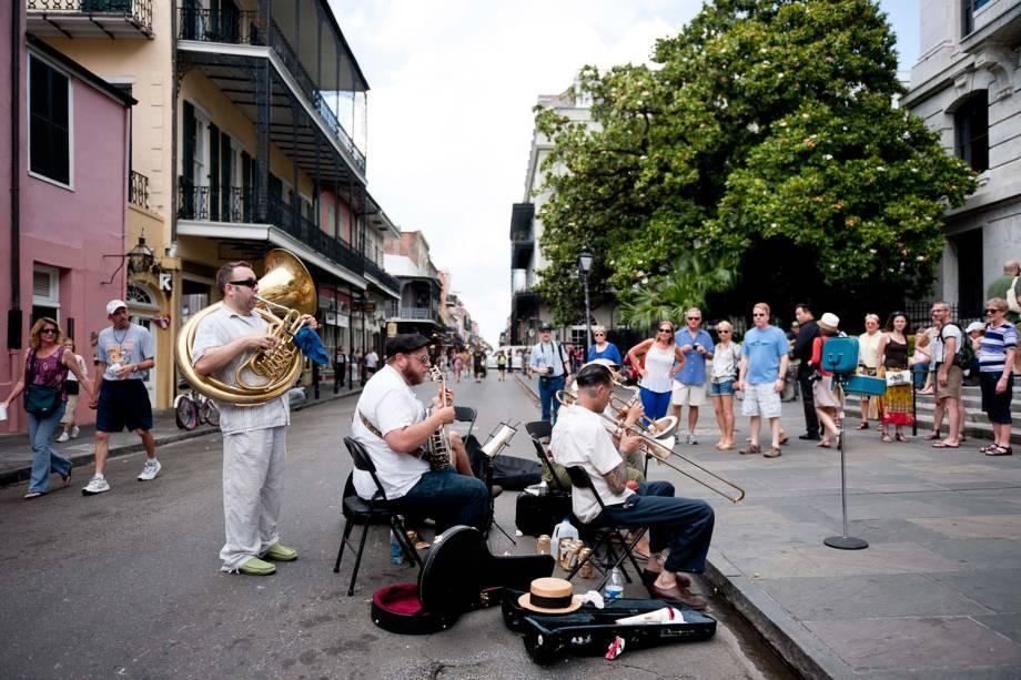 Banda de metais se apresenta numa manhã quente no Quartier Latin, bairro de Nova Orleans