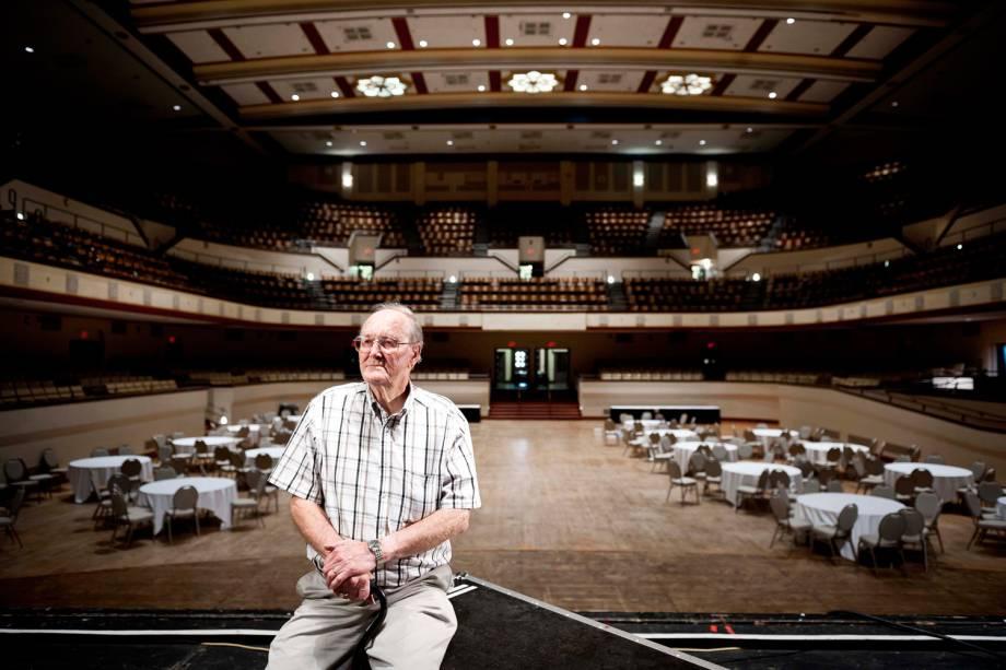 Bob Sullivan, ex-engenheiro de áudio do programa 'Louisiana Hayride', posa para foto dentro do Municipal Auditorium de Shreveport