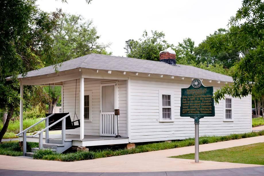 Quando Elvis Presley ficou famoso, ele comprou a antiga casa de Tupelo para preservar a memória da família
