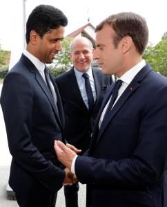 Emmanuel Macron e o presidente do PSG Nasser Al-Khelaif