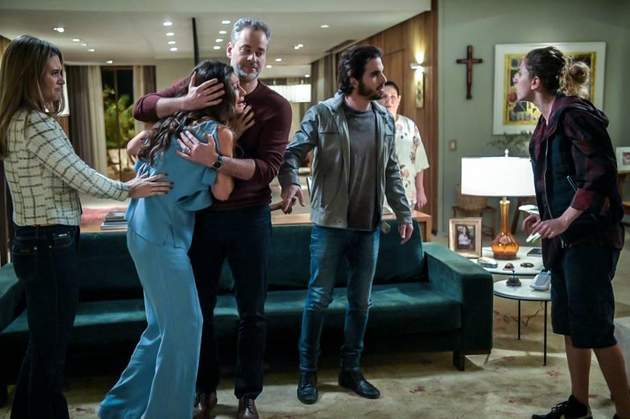 Ivana (Carol Duarte) conta à família que é transexual
