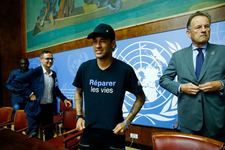 """Neymar veste a camisa com mensagem """"Reparação de vidas"""" durante a anunciação da ONU como embaixador da boa vontade para pessoas com deficiência, em Genebra, na Suíça - 15/08/2017"""