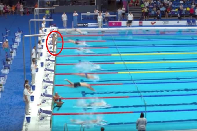 Nadador espanhol guarda minuto de silêncio por vítimas de atentados em Barcelona e perde prova