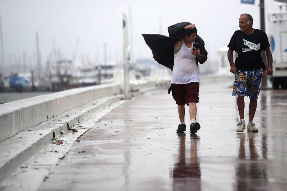 Ventos fortes atingem a costa do Texas antes da chegada do furacão Harvey