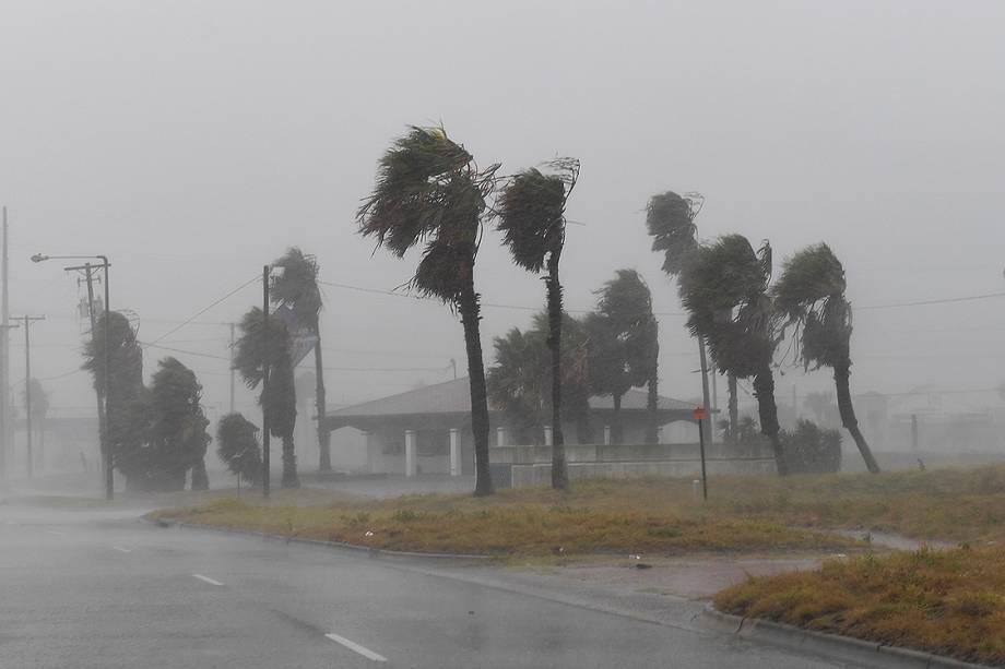 Fortes ventos atingem a cidade texana de Corpus Christi com a chegada do furacão Harvey, na costa do estado americano