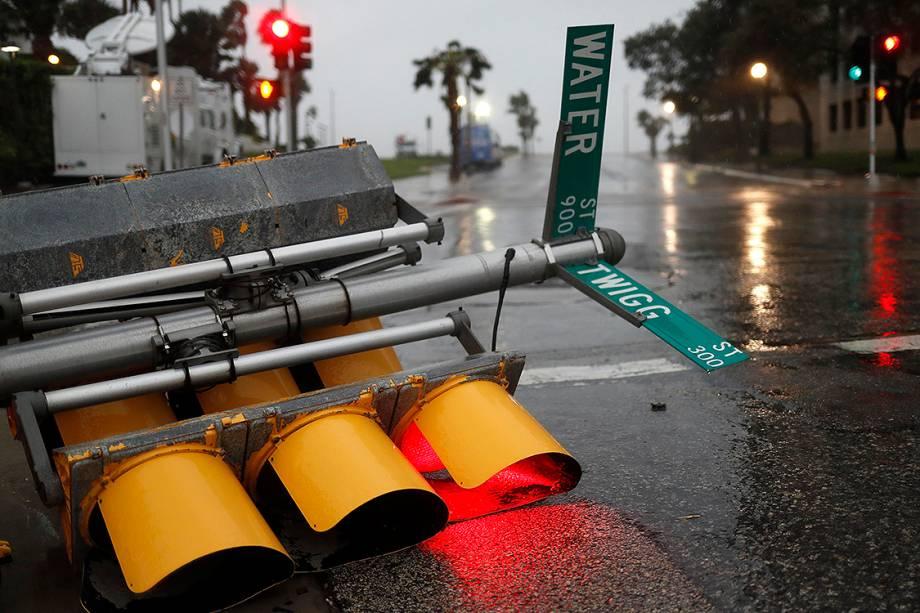 O furacão Harvey atingiu a costa do Texas no início da madrugada deste sábado provocando fortes chuvas  e ventos