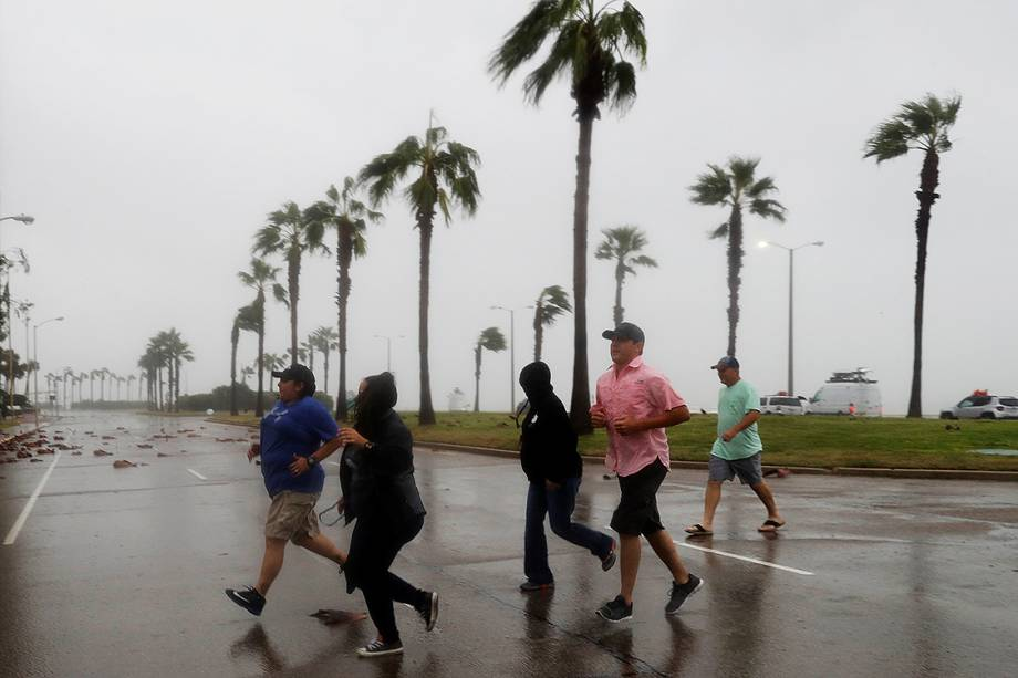 Fortes ventos atingem a cidade texana de Corpus Christi com a chegada do furacão Harvey, na costa do estado americanof